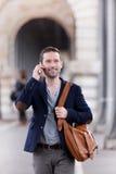 Młody atrakcyjny mężczyzna używa smartphone w Paryż zdjęcia stock