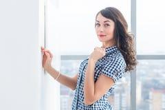 Młody atrakcyjny model z dysponowanym ciałem pozuje w lekkim studiu, będący ubranym cajgi i błękitną w kratkę koszula, stać z uko Obrazy Royalty Free