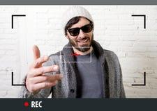 Młody atrakcyjny modniś i modny stylowy mężczyzna w wideo blogger nagraniu selfie i interneta fotografia stock
