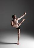 Młody atrakcyjny nowożytny baletniczy tancerz na bielu obrazy stock