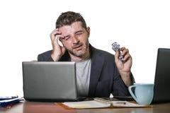 Młody atrakcyjny przygnębiony, sfrustowany biznesmen pracuje przy biurowego komputeru biurka uczucia spęczeniem i zdjęcie stock