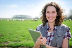 Młody atrakcyjny rolnik w śródpolnej używa pastylce zdjęcia stock
