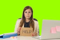 Młody atrakcyjny smutny i desperacki bizneswomanu cierpienia stres przy biurowym laptopu biurka zieleni croma klucza tłem Zdjęcie Stock