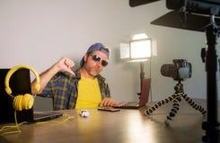 Młody atrakcyjny technologii fajtłapy mężczyzna networking z laptopu magnetofonowym wideo blogiem dla interneta ogólnospołeczny m zdjęcie royalty free