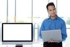 Młody Azjatycki biznesmen pomyślnie ono uśmiecha się w nowożytnym biurowym dowcipie obraz royalty free