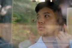 Młody Azjatycki biznesmen używa payphone outdoors obrazy stock