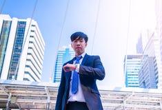 Młody Azjatycki biznesmen w miasteczku biznesmen widzii zegarek fotografia royalty free