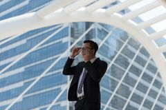 Młody Azjatycki biznesmena pocić się należny gorący klimat On wyciera t obrazy royalty free