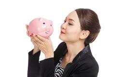 Młody Azjatycki biznesowej kobiety buziak różowy menniczy bank Zdjęcia Stock