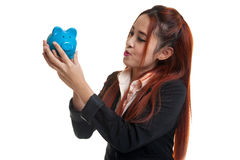 Młody Azjatycki biznesowej kobiety buziak różowy menniczy bank Zdjęcia Royalty Free