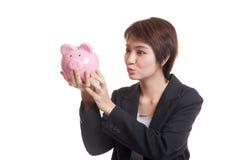Młody Azjatycki biznesowej kobiety buziak różowy menniczy bank Obraz Royalty Free