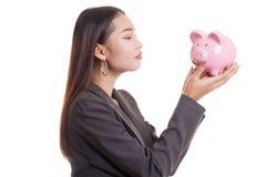 Młody Azjatycki biznesowej kobiety buziak różowy menniczy bank Zdjęcie Royalty Free