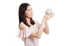 Młody Azjatycki biznesowej kobiety buziak różowy menniczy bank Obraz Stock