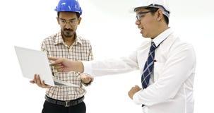 Młody Azjatycki inżynier używa notatnika przedstawiać jego pracę zdjęcie wideo