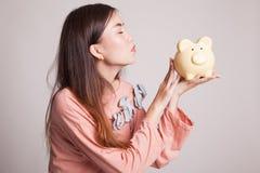 Młody Azjatycki kobieta buziak różowy menniczy bank Obraz Stock