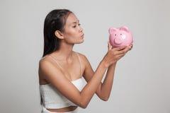 Młody Azjatycki kobieta buziak różowy menniczy bank Zdjęcia Royalty Free