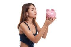 Młody Azjatycki kobieta buziak różowy menniczy bank Fotografia Stock