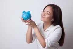 Młody Azjatycki kobieta buziak różowy menniczy bank Obrazy Royalty Free