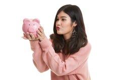 Młody Azjatycki kobieta buziak różowy menniczy bank Zdjęcie Royalty Free
