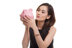 Młody Azjatycki kobieta buziak różowy menniczy bank Obrazy Stock
