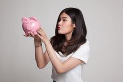 Młody Azjatycki kobieta buziak różowy menniczy bank Zdjęcie Stock