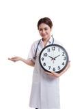 Młody Azjatycki kobiety lekarki uśmiech z zegarem i pigułkami w ręce Fotografia Royalty Free