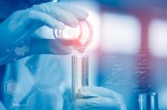Młody Azjatycki naukowiec jest pewnymi aktywność na eksperymentalnej nauce jak mieszać substancje chemiczne lub hasłowych dane ro zdjęcie royalty free