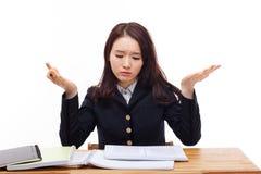 Młody Azjatycki studencki mieć kłopot na biurku. obraz stock
