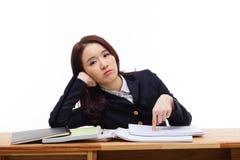 Młody Azjatycki studencki mieć kłopot na biurku. zdjęcie royalty free