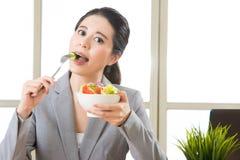 Młody azjatykci bizneswoman cieszy się zdrowej sałatki Zdjęcie Royalty Free