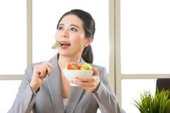 Młody azjatykci bizneswoman cieszy się zdrowej sałatki Zdjęcia Stock