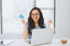 Młody azjatykci bizneswoman używa kredytową kartę dla linii zapłaty Zdjęcia Royalty Free