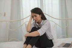 Młody azjatykci bizneswomanu odczucie stresujący się, zmartwienie, migrena, d/smutny, płacz/ zdjęcia royalty free