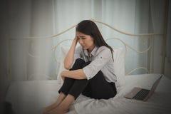 Młody azjatykci bizneswomanu odczucie stresujący się, zmartwienie, migrena, d/smutny, płacz/ obraz stock