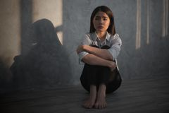 Młody azjatykci bizneswomanu odczucie stresujący się, zmartwienie, migrena, d/smutny, płacz/ obraz royalty free