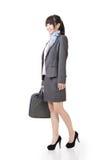 Młody azjatykci bizneswomanu odprowadzenie z torebką Obrazy Royalty Free