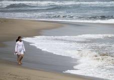 Młody azjatykci dziewczyny przespacerowanie przy plażą obrazy royalty free