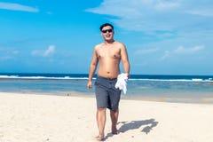Młody azjatykci indonezyjski mężczyzna na plaży tropikalna Bali wyspa, Indonezja Fotografia Stock