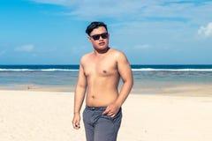 Młody azjatykci indonezyjski mężczyzna na plaży tropikalna Bali wyspa, Indonezja Fotografia Royalty Free