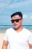 Młody azjatykci indonezyjski mężczyzna na plaży tropikalna Bali wyspa, Indonezja Zdjęcie Royalty Free