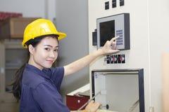 Młody azjatykci kobieta inżyniera ustawianie i probiercza maszyna zdjęcie royalty free