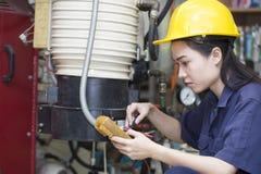 Młody azjatykci kobieta inżyniera ustawianie i probiercza maszyna obrazy stock