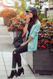 Młody azjatykci kobiety łasowania fast food outdoors Obraz Royalty Free