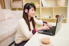 Młody azjatykci kobiety gawędzenie z laptopem zdjęcie royalty free