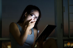 Młody azjatykci kobiety uczucie męczący gdy używać cyfrowego pastylka komputer osobistego Zdjęcie Stock