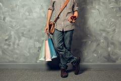 Młody azjatykci mężczyzna chwyta torba na zakupy Fotografia Stock