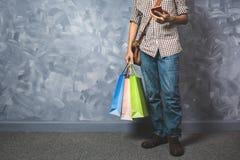 Młody azjatykci mężczyzna chwyta torba na zakupy Zdjęcie Stock