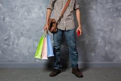 Młody azjatykci mężczyzna chwyta torba na zakupy Fotografia Royalty Free