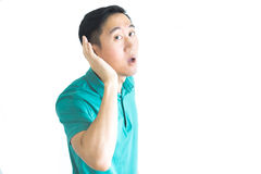 Młody azjatykci mężczyzna próbuje słuchać coś fotografia royalty free