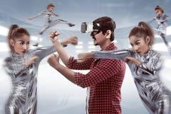 Młody azjatykci mężczyzna używa VR słuchawki Zdjęcie Stock